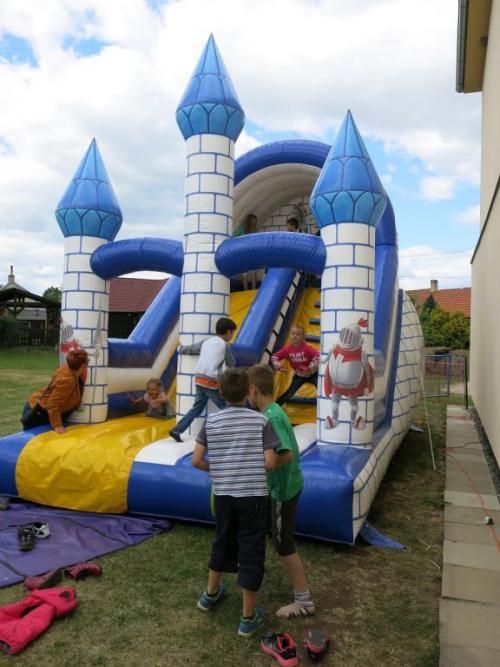 Skákací hrad byl celé odpoledne obležen dětmi.